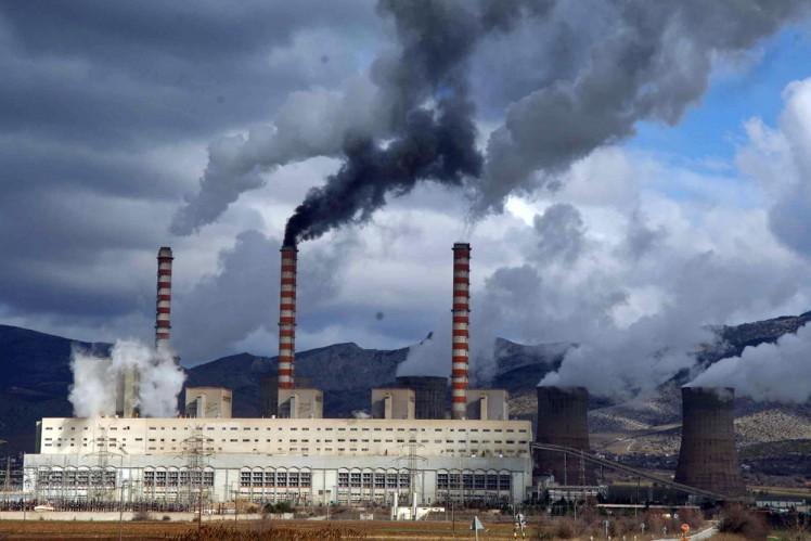 Задымленный вредный газ от сжигания мусора