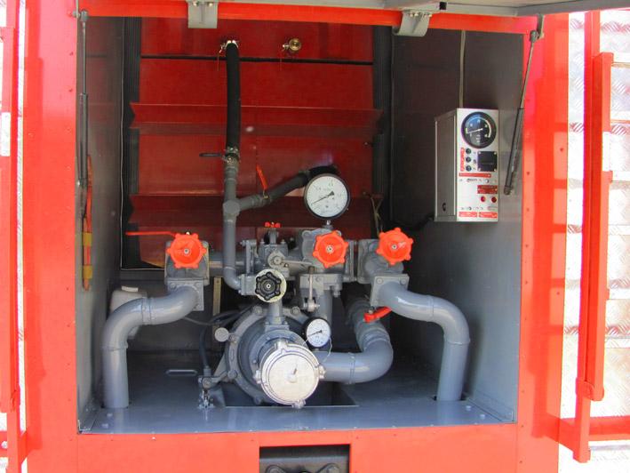 Установленный насос на пожарной машине